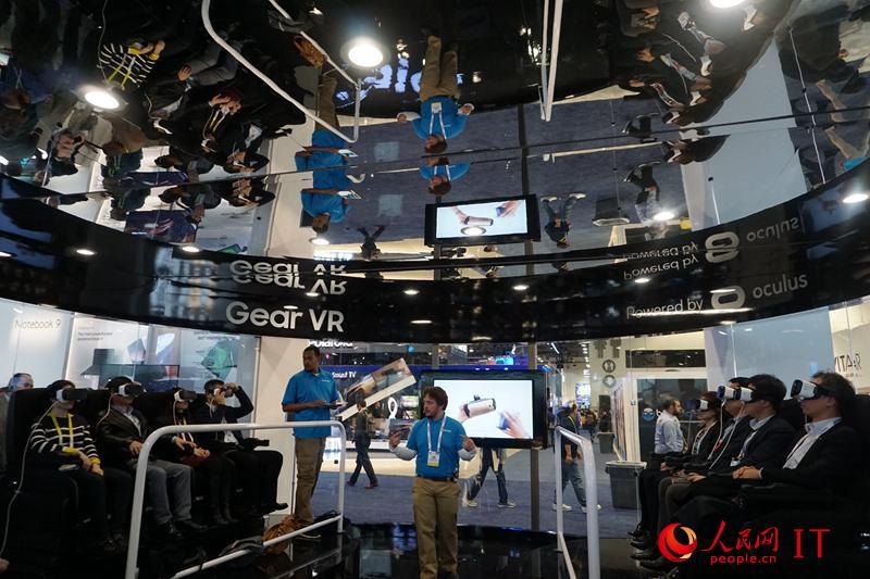 展会上,参观者们在体验虚拟现实技术(vr).陈星星摄