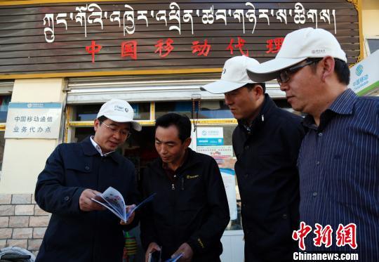 9月21日,青海省委宣传部副部长、省网信办副主任向清凯(左一)向当地牧民讲解网络安全知识宣传册。